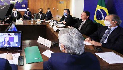 Escoltado. A Bolsonaro lo secundaron su canciller, Araujo, y el ministro de Economía, Guedes.