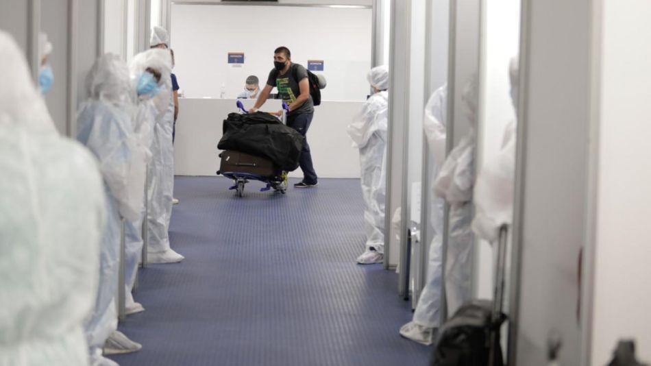 La galería dispuesta en Ezeiza para testear a todos los viajeros que llegan de Brasil, Chile y México.