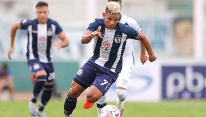 VELOCIDAD. El colombiano es uno de los futbolistas más veloces del fútbol argentino.