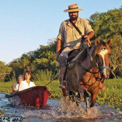 La canoa a caballo es el transporte típico estero adentro, y una de las actividades que sólo se realiza en el Portal Carambola, a 27 km de Concepción del Yaguareté Corá.