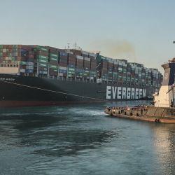 Egipto, Suez: Un remolcador arrastra el barco con bandera de Panamá, Ever dado en el Canal de Suez después de que el barco fue liberado y reflotado con éxito. El jefe de la Autoridad del Canal de Suez del estado, Osama Rabae, dijo que el barco en la madrugada respondió a los esfuerzos de tracción y remolque de los equipos de salvamento que trabajaban las 24 horas del día y la posición del barco se ha reorientado en un 80 por ciento en el dirección correcta. El barco con bandera de Panamá, Ever Given, se había desviado de su rumbo en un tramo de un solo carril del canal durante una tormenta de arena hace casi una semana.   Foto:Autoridad del Canal de Suez / DPA