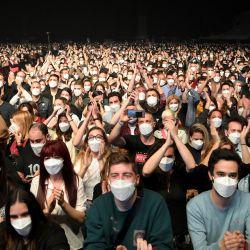 Los espectadores esperan el inicio de un concierto de música rock del grupo español Love of Lesbian en el Palau Sant Jordi de Barcelona.   Foto:Lluis Gene / AFP