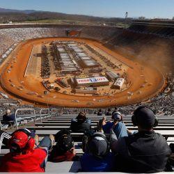 Los fanáticos de NASCAR miran durante la carrera de suciedad de la ciudad de la comida de la serie de la taza de NASCAR en Bristol Motor Speedway en Bristol, Tennessee.   Foto:Jared C. Tilton / Getty Images / AFP