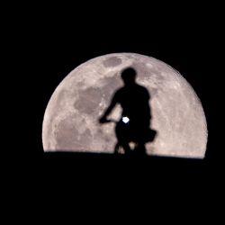 EE. UU., Los Ángeles: un ciclista despega con la luna llena como telón de fondo.   Foto:Ringo Chiu / ZUMA Wire / DPA