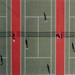 Una foto aérea muestra a personas jugando al tenis en el Mersey Bowman Lawn Tennis Club en Liverpool, noroeste de Inglaterra, cuando se alivian las restricciones de bloqueo del tercer Covid-19 de Inglaterra, lo que permite que grupos de hasta seis personas se reúnan al aire libre.   Foto:Oli Scarff / AFP