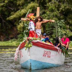 Los fieles católicos participan en la recreación acuática del Vía Crucis en el lago Cocibolca, o lago de Nicaragua, en Granada, a unos 48 km al sureste de Managua, en medio de las celebraciones de la Semana Santa.   Foto:Inti Ocon / AFP