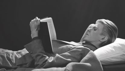 David Bowie y una de las poses que más le gustaba para las fotos: leyendo.
