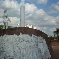 Un monumento ubicado en la plaza central de la ciudad recuerda a su fundador, el adelantado español Juan Torres de Vera y Ara.