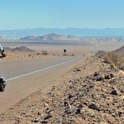 Una moderna carretera se abre paso entre las Líneas de Nazca.