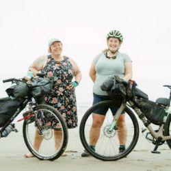 """Kailey y Marley salen a pedalear bajo el slogan """"todos los cuerpos en bici"""" (all bodies on bikes, en inglés)."""
