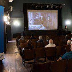 Personas mayores de 80 años esperan ser inoculadas con la vacuna Sputnik V contra COVID-19 mientras se proyectan las películas de Charles Chaplin en el cine Lumiere de Rosario, provincia de Santa Fe. | Foto:Marcelo Manera / AFP