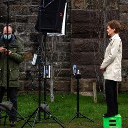 La primera ministra de Escocia y líder del Partido Nacional Escocés (SNP), Nicola Sturgeon espera al técnico de cámara mientras lanza la campaña electoral virtual del SNP en Partick en el West End de Glasgow, Escocia, antes de la próxima campaña escocesa. Elecciones parlamentarias que se celebrarán el 6 de mayo de 2021. | Foto:Andy Buchanan / POOL / AFP