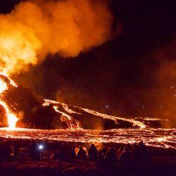 Los excursionistas miran la lava que fluye del volcán Fagradalsfjall en erupción a unos 40 km al oeste de la capital islandesa. | Foto:Jeremie Richard / AFP)