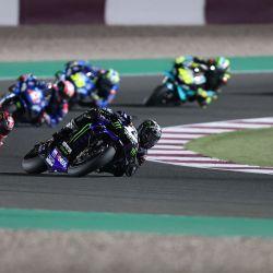 El piloto español de Monster Energy Yamaha MotoGP, Maverick Vinales, conduce durante el Gran Premio de Qatar de Moto GP en el Circuito Internacional de Losail, en la ciudad de Lusail. | Foto:Karim Jaafar / AFP