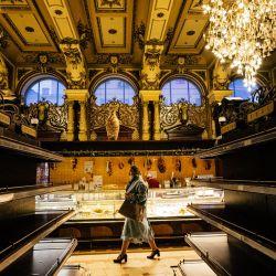 La histórica tienda de comestibles que opera en el centro de Moscú durante más de un siglo que vende alimentos exóticos en lujosos interiores podría cerrar pronto, informaron medios rusos. | Foto:Dimitar Dilkoff / AFP