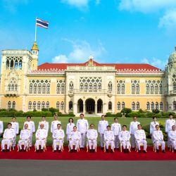 El primer ministro de Tailandia, Prayut Chan-O-Cha, posando para una foto oficial con el ministro del gabinete luego de una reorganización en la Casa de Gobierno en Bangkok. | Foto:Handout / ROYAL THAI GOVERNMENT / AFP