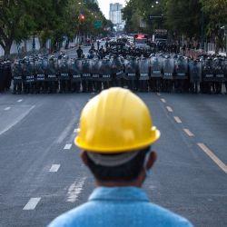 Tailandia, Bangkok: la policía antidisturbios hace guardia durante una manifestación contra el gobierno exigiendo la dimisión del primer ministro tailandés Chan-o-cha y la reforma de la monarquía. Más de 90 manifestantes a favor de la democracia fueron arrestados por la policía antidisturbios después de dispersar a los manifestantes durante la protesta nocturna 'Thalufah Village' frente a la casa de gobierno. | Foto:Peerapon Boonyakiat / DPA