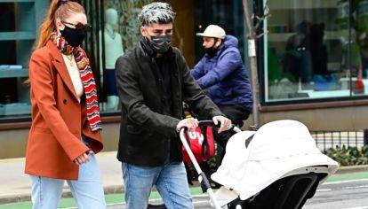 Las zapatillas blancas y el blazer de Gigi Hadid que todas quieren tener
