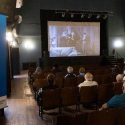 En el Centro Cultural Cine Lumiere en Rosario, provincia de Santa Fe, los ancianos esperan ser vacunados contra el Covit-19 por Spotnik v Job, mientras se programan las películas de Charles Chaplin.