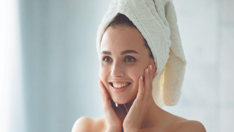 Buenos hábitos: No fumar, evitar el alcohol y usar protector solar son claves para una piel joven.