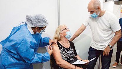 Vacunatorios. El jefe de Gobierno visitó La Rural, en donde se ya se vacuna a los mayores de 75.