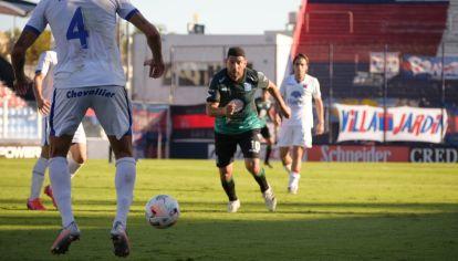 ACTIVO. Ortigoza, con la 10 del 'León' tiró algunas de sus pinceladas de buen fútbol.