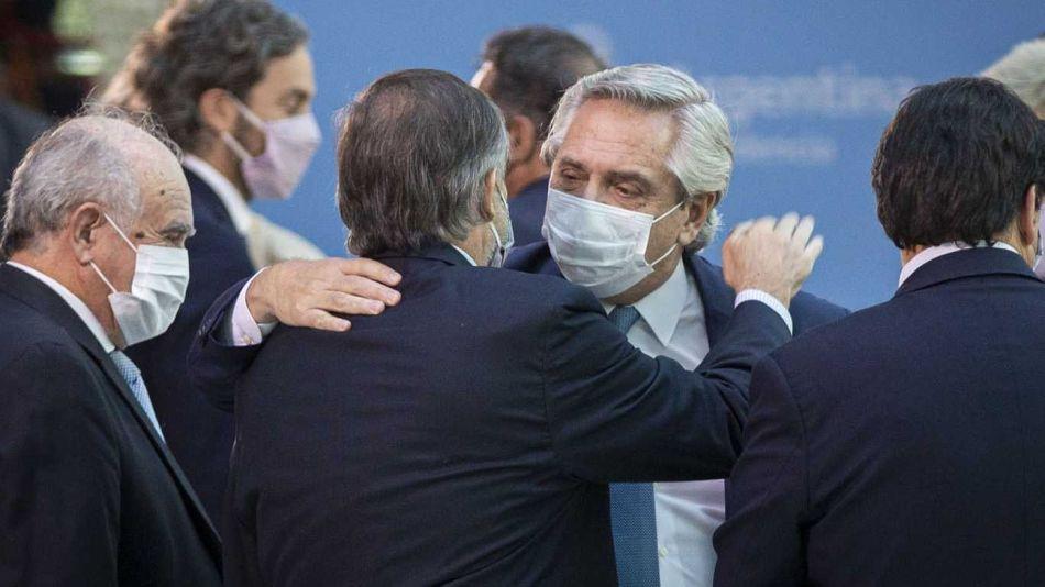 El presidente Alberto Fernández, saludando en el acto de asunción de Martín Soria en Justicia, el jueves 2 de marzo.