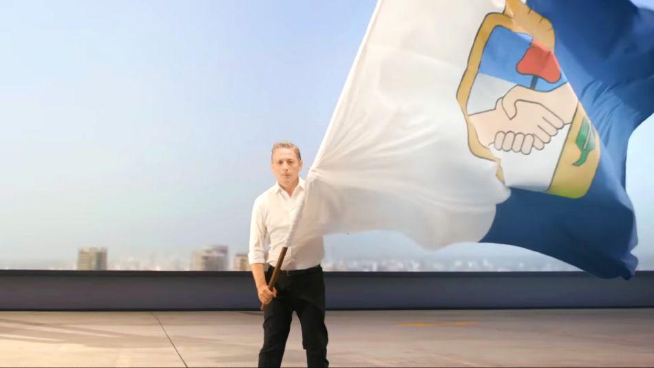 Fernando Gray con la bandera del PJ.