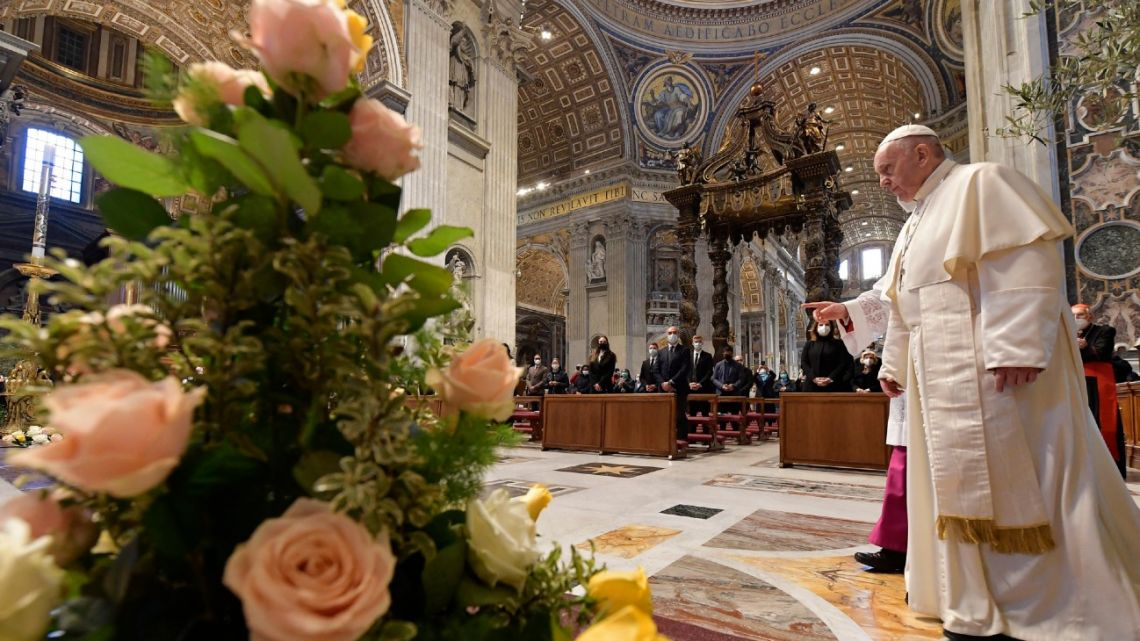 This photo taken and handout on April 4, 2021 by The Vatican Media shows Pope Francis arriving to deliver his Urbi et Orbi Blessing, after celebrating Easter Mass on April 04, 2021 at St. Peter's Basilica in The Vatican during the Covid-19 coronavirus pandemic.