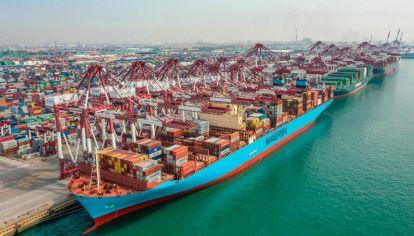 Un buque de carga atracando en un puerto en Qingdao, en la provincia oriental china de Shandong.