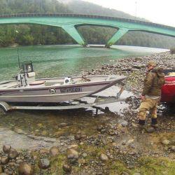 Para recorrer los ríos salmoneros en busca de los mejores lugares para actuar, el uso de embarcaciones livianas que calen poco es de gran ayuda.