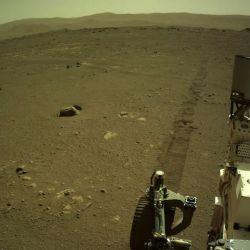 La piedra en cuestión tiene aproximadamente unos 15 cm de largo y se destaca del suelo marciano por su tono azul verdoso.