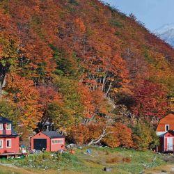 En el centro invernal Tierra Mayor las casas parecen asediadas por un fuego rojo, pero vegetal, un tono diferente al bosque encendido del cerro Martial.