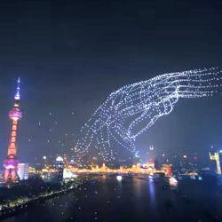 """Los drones se elevaron en el cielo y realizaron diferentes """"bailes"""" sincronizados para dar forma a varias figuras."""