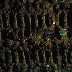 Vista aérea que muestra un ataúd enterrado en el cementerio de Vila Formosa en Sao Paulo, Brasil, en medio de la pandemia del nuevo coronavirus COVID-19. | Foto:Miguel Schincariol / AFP