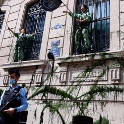 Activistas de Extinction Rebellion vestidos como personajes del programa de televisión español  | Foto:Thomas Samson / AFP
