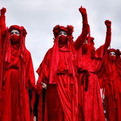 Los miembros del grupo de actuación de la Brigada Roja participan en una protesta 'Kill The Bill' contra el proyecto de ley de policía, crimen, sentencia y tribunales del gobierno en el centro de Londres. | Foto:Tolga Akmen / AFP