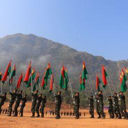 Esta foto muestra a los soldados participando en un desfile por el 70 aniversario de la revolución Karen en una base remota en la frontera entre Tailandia y Myanmar, como Diez de los principales grupos rebeldes de Myanmar, incluido el KNU, dieron su apoyo al movimiento antigolpista del país. | Foto:Handout / KAREN NATIONAL UNION (KNU) / AFP