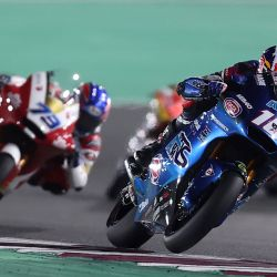 El piloto estadounidense de Italtrans Racing Team, Joe Roberts, conduce durante el Gran Premio de Moto2 de Doha en el Circuito Internacional de Losail, en la ciudad de Lusail. | Foto:Karim Jaafar / AFP
