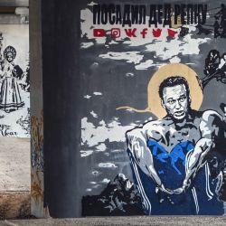 Los transeúntes se reúnen junto a un grafiti del crítico del Kremlin encarcelado Alexei Navalny de Eva Busevich con una famosa pintura  | Foto:Alexander Nemenov / AFP