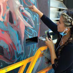 Mariela en plena pintada.