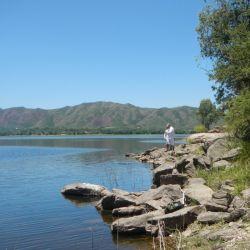 Cada lago artificial es un mundo nuevo para que descubra el pescador aficionado.