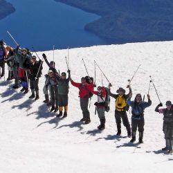 La cima del volcán Lanín, un buen ejemplo de trekking donde el uso de bastones es primordial. Abajo: detalle del sistema de bloqueo a contrarrotación y resortes del sistema anti-shock.