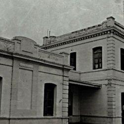 Los principales edificios públicos y administrativos al igual que los comercios también se ubicaron en las cercanías del puerto,