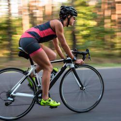 Lo primero a destacar es que la bicicleta no es una actividad explosiva (aunque también puede serlo), es decir que no requiere de un enorme desgaste física en un período corto de tiempo.