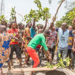 Los manifestantes levantan barricadas improvisadas con neumáticos y ramas durante una manifestación contra el presidente de Benin Patrice Talon en Toui, un bastión de la oposición. - El presidente Talon se postula para la reelección en una votación el 11 de abril de 2021, que es favorito para ganar después de que los críticos dicen que tomó medidas enérgicas contra sus oponentes. | Foto:Yanick Folly / AFP