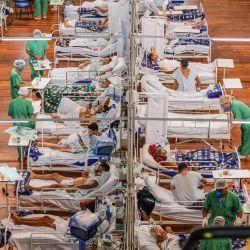 Brasil, Santo Andre: Las personas infectadas con coronavirus reciben tratamiento en las salas COVID-19 de un hospital de campaña construido dentro de una arena cubierta. | Foto:Vanessa Carvalho / ZUMA Wire / DPA