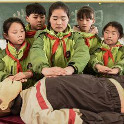 Voluntarios de la Cruz Roja participan en una actividad de educación en primeros auxilios en la escuela primaria central de la ciudad de Taolin. | Foto:Zhang Zhengyou / SIPA Asia a través de ZUMA Wire / DPA