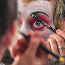 Una intérprete se maquilla antes de una actuación durante el Festival de Teatro y Circo de Bogotá en el barrio Ciudad Bolívar de Bogotá. | Foto:Juan Barreto / AFP