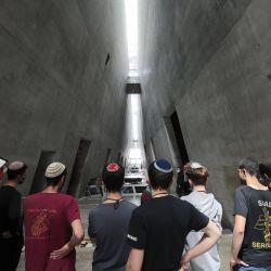 Los visitantes ven una exposición en Yad Vashem, el centro de conmemoración del Holocausto. | Foto:Emmanuel Dunand / AFP